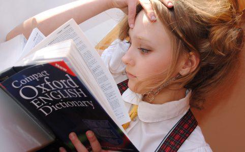 辞書を見る少女